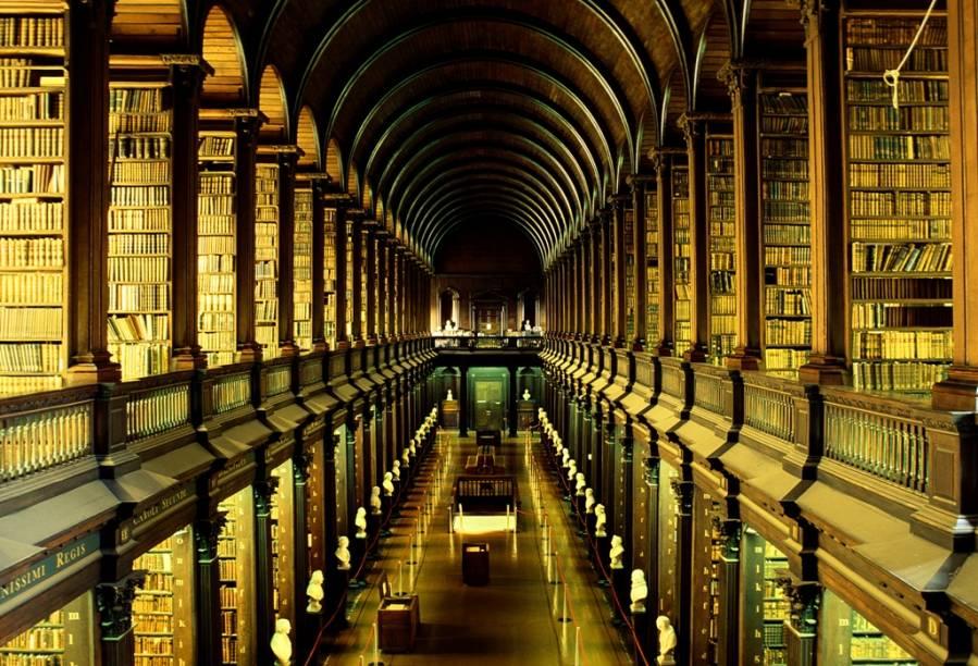 A imensa biblioteca do Trinity College é a maior do país