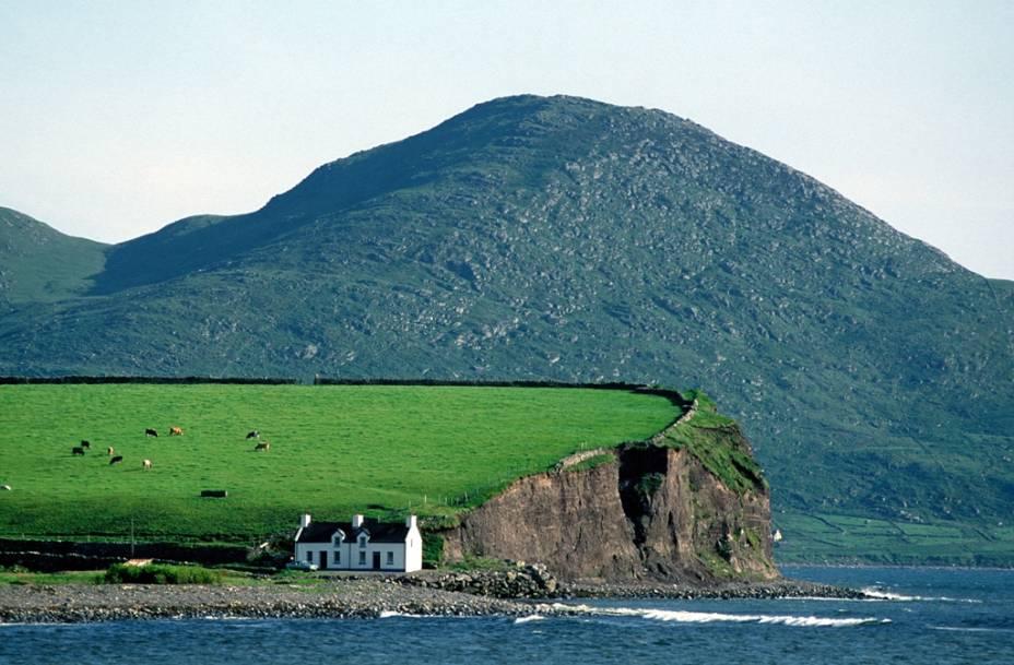 """A costa da <a href=""""http://viajeaqui.abril.com.br/paises/irlanda"""" rel=""""Irlanda"""">Irlanda</a> nos remete a paisagens dramáticas, repleta de cores verdejantes"""
