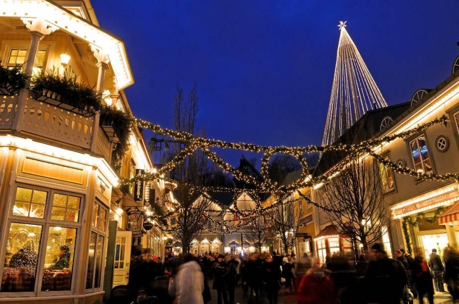 O super-popular parque Liseberg, em Gotemburgo, é um dos mais frequentados e queridos da Escandinávia. Lotado durante o verão, ele abre também entre Novembro e Dezembro para exibir sua incrível decoração de Natal