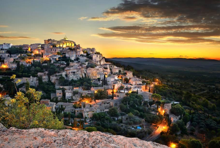 As aldeias de pedra antigas do Vale Luberon são o destaque de Gordes. O vale é cercado por montanhas e a paisagem é composta por vinhedos pontilhados por árvores frutíferas. A vila com ares mediterrâneos também é ponto de passagem de trilhas de bicicletas e caminhadas