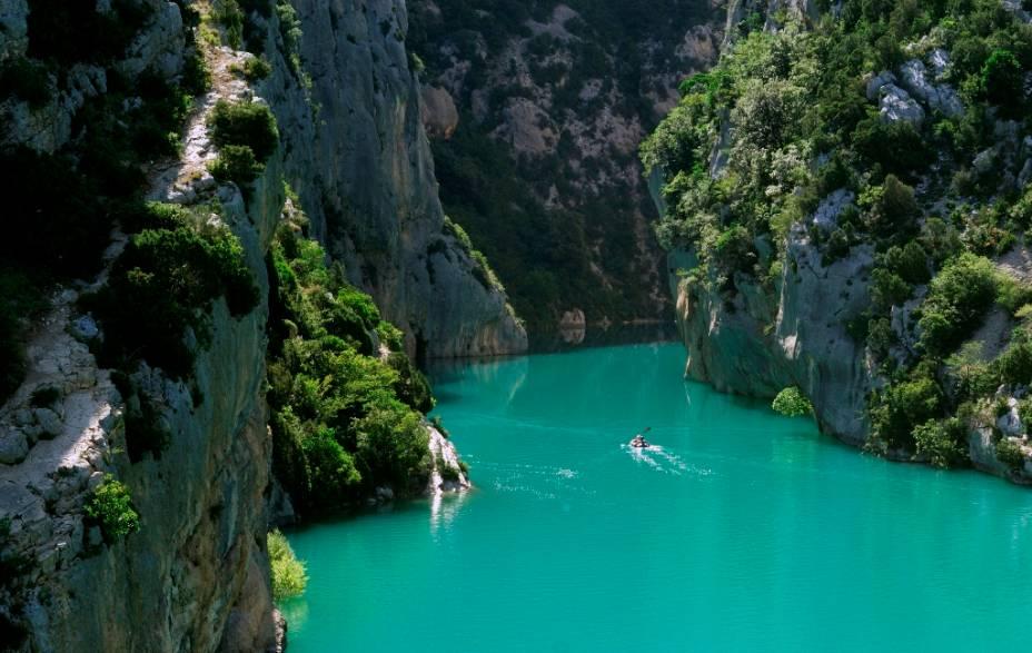 """<strong>Gorges du Verdon, França</strong>    O cânion do rio Verdon, no sul da <a href=""""http://viajeaqui.abril.com.br/paises/franca"""" rel=""""França"""" target=""""_blank"""">França</a>, é um dos mais cênicos da Europa, serpenteando por paredões verticais que atraem excursionistas, canoístas e escaladores de todo o mundo. Seja você praticante ou não desses esportes, as paisagens do desfiladeiro e do lago Sainte-Croix são arrebatadores"""