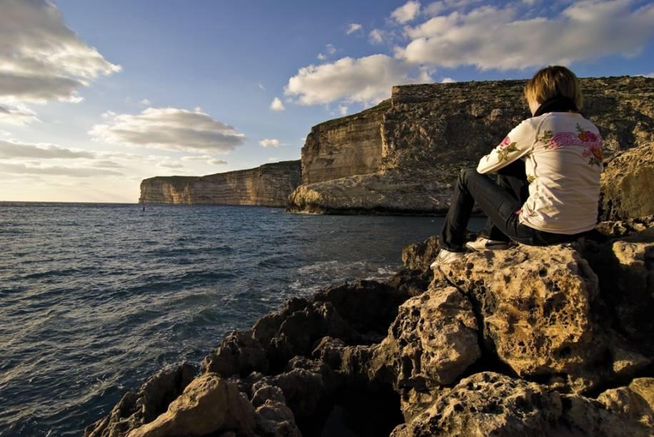 As falésias em Gozo são uma das principais atrações da região