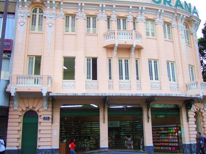 """<strong>8. <a href=""""http://viajeaqui.abril.com.br/estabelecimentos/br-rj-rio-de-janeiro-atracao-granado"""" rel=""""GRANADO"""" target=""""_self"""">GRANADO</a></strong> (180 metros)            Sob o título de Farmácia Oficial da Família Real Brasileira, concedido por D. Pedro II, a loja de cosméticos montou a fama que perdura até hoje.            <em>Endereço: Rua 1º de Março, 16</em>"""
