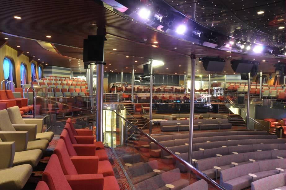 É possível assistir a vários espetáculos no teatro do navio