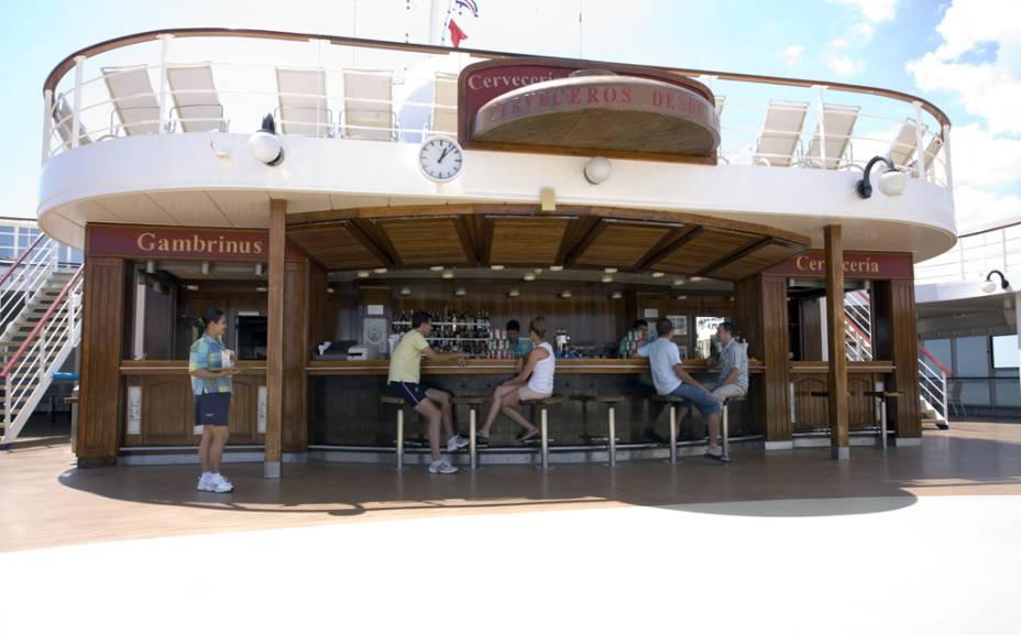 Bar serve quem está na piscina do navio
