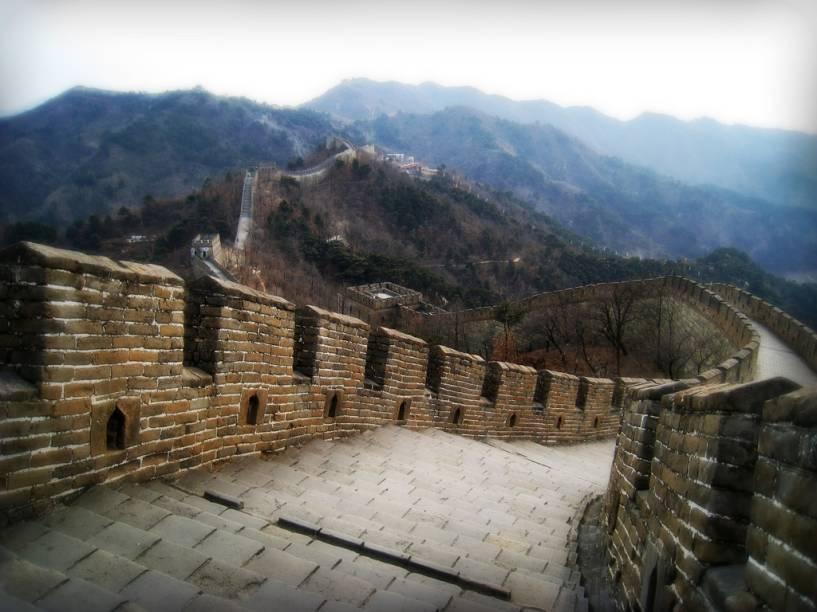 """<strong><a href=""""http://viajeaqui.abril.com.br/estabelecimentos/china-pequim-beijing-atracao-grande-muralha-da-china"""" rel=""""Grande Muralha da China"""" target=""""_blank"""">Grande Muralha da China</a>, <a href=""""http://viajeaqui.abril.com.br/cidades/china-pequim-beijing"""" rel=""""Pequim"""" target=""""_blank"""">Pequim</a></strong>                        Defender um grande território com um longo e bem defendido muro nem sempre dá muito certo. A Linha Maginot, construída pelos franceses para barrar os alemães, foi um fiasco. Os muros de Adriano na Alemanha também caíram rapidamente. A fortuna da <a href=""""http://viajeaqui.abril.com.br/estabelecimentos/china-pequim-beijing-atracao-grande-muralha-da-china"""" rel=""""Grande Muralha da China """" target=""""_blank"""">Grande Muralha da China </a>não foi muito diferente. Esta sequência não linear de fortificações, do oceano ao deserto interior, exigiu a mão de obra (não exatamente voluntária) de dezenas de milhares de homens, em um das maiores e mais inúteis obras de engenharia já levadas a cabo pela humanidade.Apesar de seus números superlativos, complexa arquitetura e logística de manutenção, conseguiu barrar as invasões de tribos bárbaras do norte somente esporadicamente. Contudo, hoje garante belas fotos e é um ótimo passeio a partir de <a href=""""http://viajeaqui.abril.com.br/cidades/china-pequim-beijing"""" rel=""""Pequim"""" target=""""_blank"""">Pequim</a>"""