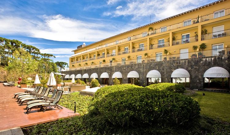 """<strong>3. <a href=""""http://viajeaqui.abril.com.br/estabelecimentos/br-sp-campos-do-jordao-hospedagem-grande-hotel-campos-do-jordao"""" rel=""""Grande Hotel Campos do Jordão"""" target=""""_blank"""">Grande Hotel Campos do Jordão</a></strong>                                                                                    O imponente prédio do hotel já abrigou um luxuoso cassino na década de 1940, na Vila Capivari                                                                                    <a href=""""http://www.booking.com/hotel/br/grande-campos-do-jordapso.pt-br.html?aid=332455&label=viagemabril-camposdojordao"""" rel=""""Faça sua reserva no Grande Hotel Campos do Jordão pelo Booking.com"""" target=""""_blank"""">Faça sua reserva no Grande Hotel Campos do Jordão pelo Booking.com</a>"""