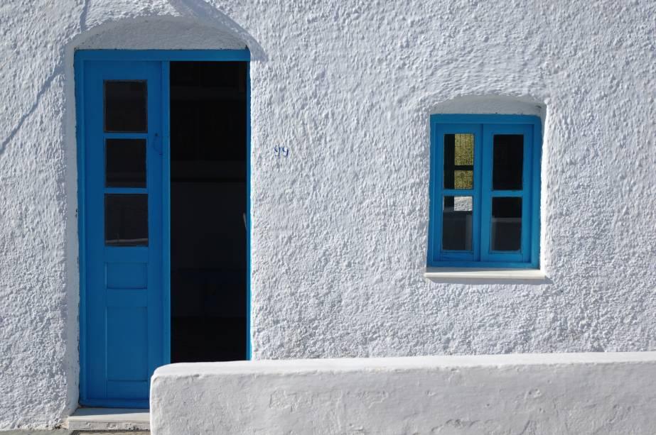 """<strong>Ilha de Milos, <a href=""""http://viajeaqui.abril.com.br/paises/grecia"""" rel=""""Grécia"""" target=""""_blank"""">Grécia</a></strong>                Nas ilhas Cíclades, as mais visitadas por turistas na Grécia, as janelas quadradinhas azuis no fundo branco são a cara da arquitetura local e, por serem pequenas, serviam como proteção dos habitantes aos invasores que chegavam de barco<!--[if !supportLineBreakNewLine]--><!--[endif]-->"""