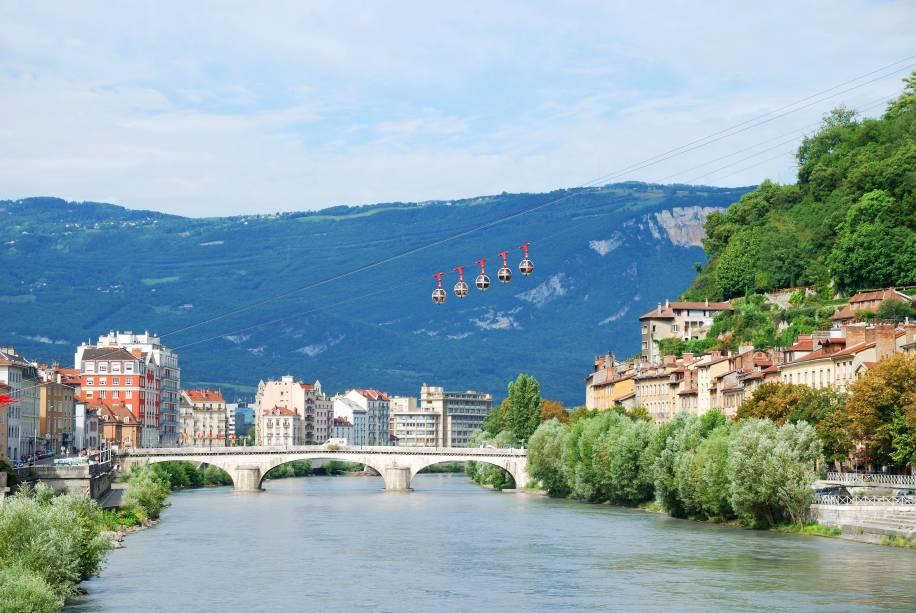 """Grenoble é uma das cidades-base para explorar as montanhas nevadas dos <a href=""""http://viajeaqui.abril.com.br/cidades/franca-alpes-franceses"""" rel=""""Alpes Franceses"""" target=""""_blank"""">Alpes Franceses</a>. Na foto, teleféricos chamados de Les Bulles levam os visitantes para o topo da montanha La Bastille, que tem um forte do século 18"""