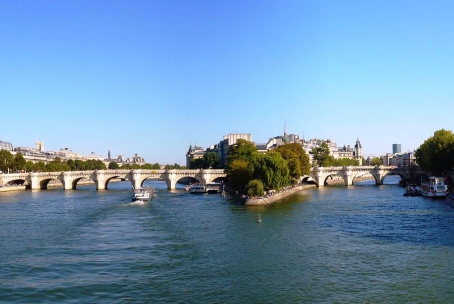 """Apesar do nome (""""ponte nova""""), a Pont Neuf é a mais antiga de Paris, unindo não só as margens do Sena como também a Ilê de la Cité"""