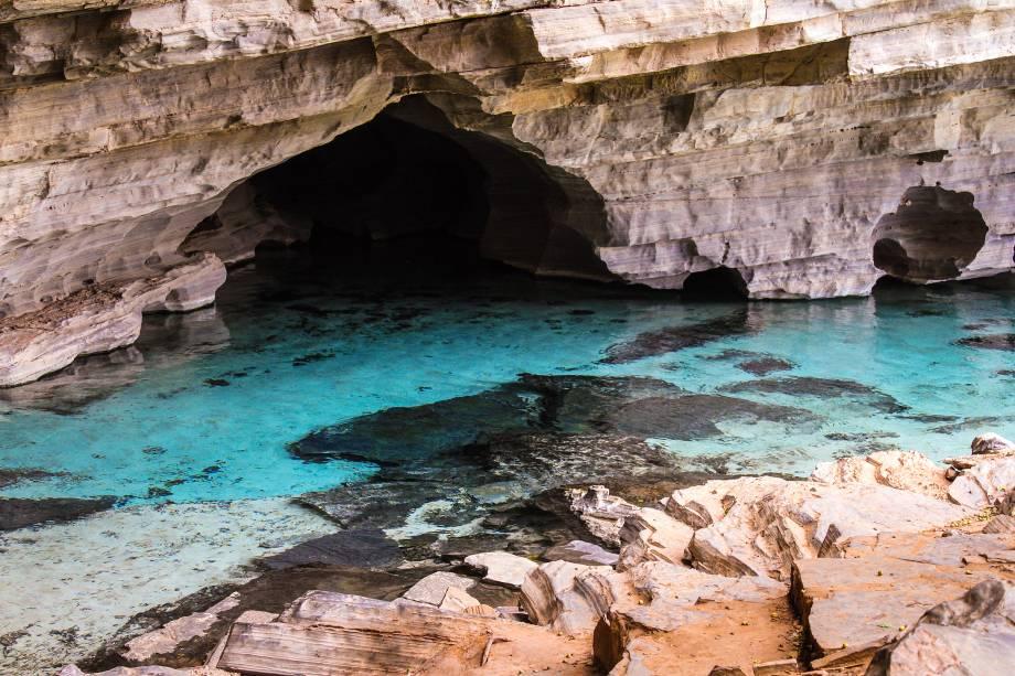 """<strong>4. Gruta da Pratinha (Lençóis)</strong> Entra-se na gruta caminhando por uma pequena trilha ou de tirolesa, que termina no rio de água azul clara que brota de dentro da Pratinha. Com auxílio de snorkel, é possível ver peixes e formações rochosas curiosas no túnel inundado.<a href=""""https://www.booking.com/searchresults.pt-br.html?aid=332455&lang=pt-br&sid=eedbe6de09e709d664615ac6f1b39a5d&sb=1&src=searchresults&src_elem=sb&error_url=https%3A%2F%2Fwww.booking.com%2Fsearchresults.pt-br.html%3Faid%3D332455%3Bsid%3Deedbe6de09e709d664615ac6f1b39a5d%3Bclass_interval%3D1%3Bdest_id%3D258312%3Bdest_type%3Dlandmark%3Bdtdisc%3D0%3Bfrom_sf%3D1%3Bgroup_adults%3D2%3Bgroup_children%3D0%3Binac%3D0%3Bindex_postcard%3D0%3Blabel_click%3Dundef%3Bmap%3D1%3Bno_rooms%3D1%3Boffset%3D0%3Bpostcard%3D0%3Braw_dest_type%3Dlandmark%3Broom1%3DA%252CA%3Bsb_price_type%3Dtotal%3Bsearch_selected%3D1%3Bsrc%3Dindex%3Bsrc_elem%3Dsb%3Bss%3DMorro%2520do%2520Pai%2520In%25C3%25A1cio%252C%2520%25E2%2580%258BLen%25C3%25A7%25C3%25B3is%252C%2520%25E2%2580%258BBahia%252C%2520%25E2%2580%258BBrasil%3Bss_all%3D0%3Bss_raw%3DMorro%2520do%2520Pai%2520In%25C3%25A1cio%3Bssb%3Dempty%3Bsshis%3D0%26%3B&ss=Len%C3%A7%C3%B3is%2C+%E2%80%8BBahia%2C+%E2%80%8BBrasil&ssne=Montanha+Pai+in%C3%A1cio&ssne_untouched=Montanha+Pai+in%C3%A1cio&checkin_monthday=&checkin_month=&checkin_year=&checkout_monthday=&checkout_month=&checkout_year=&no_rooms=1&group_adults=2&group_children=0&highlighted_hotels=&from_sf=1&ss_raw=Len%C3%A7%C3%B3is&ac_position=0&ac_langcode=xb&dest_id=-651759&dest_type=city&search_pageview_id=f9b98f58b0d50027&search_selected=true"""" target=""""_blank"""" rel=""""noopener""""><em>Busque hospedagens em Lençóis</em></a>"""