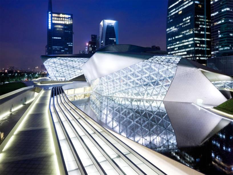 """<strong><a href=""""http://www.gzdjy.org/"""" target=""""_blank"""" rel=""""noopener"""">Guangzhou Opera House</a>, Guangdong, <a href=""""http://viajeaqui.abril.com.br/paises/china"""" target=""""_blank"""" rel=""""noopener"""">China</a></strong> A atmosfera futurística que paira sobre essa construção só serve para valorizar ainda mais a sua beleza. Erguido em 2010 pela excelente arquiteta iraquiana Zaha Hadid, o edifício impressiona com seus detalhes incomuns, em formas geométricas. Ao lado de construções imponentes de <a href=""""http://viajeaqui.abril.com.br/cidades/china-xangai-shanghai"""" target=""""_blank"""" rel=""""noopener"""">Xangai</a> e <a href=""""http://viajeaqui.abril.com.br/cidades/china-pequim-beijing"""" target=""""_blank"""" rel=""""noopener"""">Pequim</a>, a casa está entre os maiores e mais importantes teatros do país, recebendo óperas marcantes como as de Puccini"""