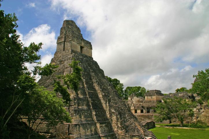 """Muitas pessoas visitam os sítios arqueológicos das cidades maias como <a href=""""http://viajeaqui.abril.com.br/estabelecimentos/guatemala-cidade-da-guatemala-atracao-parque-nacional-tikal"""" rel=""""Tikal"""" target=""""_blank"""">Tikal</a>, na <a href=""""http://viajeaqui.abril.com.br/paises/guatemala"""" rel=""""Guatemala"""" target=""""_blank"""">Guatemala</a>. Porém, o que poucos percebem, é que a cultura maia continua viva. Em <a href=""""http://viajeaqui.abril.com.br/cidades/guatemala-chichicastenango"""" rel=""""Chichicastenango"""" target=""""_blank"""">Chichicastenango</a>, por exemplo, mais de 95% dos habitantes são indígenas - é um lugar bom para conhecer a pé, que fica a três horas de carro da <a href=""""http://viajeaqui.abril.com.br/cidades/guatemala-cidade-da-guatemala"""" rel=""""Cidade de Guatemala"""" target=""""_blank"""">Cidade de Guatemala</a>"""