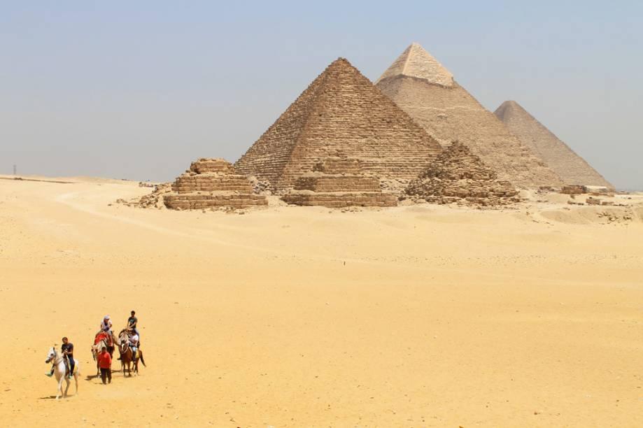 Turistas visitam as Pirâmides de Gizé, nas proximidades do Cairo, no Egito; para chegar ali, você pode pegar um trem e descer na estação de Giza - a caminhada até o sítio arqueológico é longa, mas é uma boa maneira de visitar o local com independência