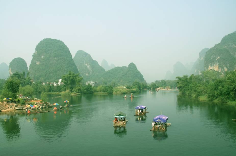 """<strong>CHINA CLÁSSICA, 12 NOITES</strong>            Em hotéis quatro-estrelas, a viagem de <a href=""""http://viajeaqui.abril.com.br/cidades/china-pequim-beijing"""" rel=""""Pequim"""" target=""""_blank"""">Pequim</a> a <a href=""""http://viajeaqui.abril.com.br/cidades/china-xangai-shanghai"""" rel=""""Xangai"""" target=""""_blank"""">Xangai</a> visita importan- tes cidades históricas: <a href=""""http://viajeaqui.abril.com.br/cidades/china-xian"""" rel=""""Xian"""" target=""""_blank"""">Xian</a>, ponto de partida da Rota da Seda; <a href=""""http://viajeaqui.abril.com.br/cidades/china-guilin"""" rel=""""Guilin"""" target=""""_blank"""">Guilin</a>(foto), cujas paisagens remetem às gravuras chinesas; Hangzhou, às margens do Lago do Oeste; e Suzhou, a """"Veneza do Oriente"""". Entre os passeios, há visita à <a href=""""http://viajeaqui.abril.com.br/estabelecimentos/china-pequim-beijing-atracao-grande-muralha-da-china"""" rel=""""Muralha da China"""" target=""""_blank"""">Muralha da China</a> e um cruzeiro pelo Rio Lijiang, passando por florestas de bambu e vilarejos. Inclui os voos internos.            <strong>QUANDO:</strong> Até 20 de maio            <strong>QUEM LEVA:</strong> A <a href=""""http://www.evoluirturismo.com.br/"""" rel=""""Evoluir"""" target=""""_blank"""">Evoluir</a>            <strong>QUANTO:</strong> US$ 2 680 (s/ aéreo do BR)"""