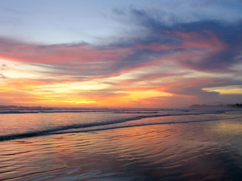 Povoada por surfistas e endinheirados imigrantes americanos e europeus, a praia <strong>Guiones, em Nosara</strong>, na <strong>costa do Pacífico</strong>, parece uma reencarnação caribenha de Malibu nos Estados Unidos, Byron Bay na Austrália ou a costa norte de Oahu, no Havaí.Sua faixa de areia é extensa tanto em comprimento quanto largura, dando muito espaço para surfistas de todos os níveis pegarem onda sem um esbarrar no outro. E tem esse pôr do sol aí.