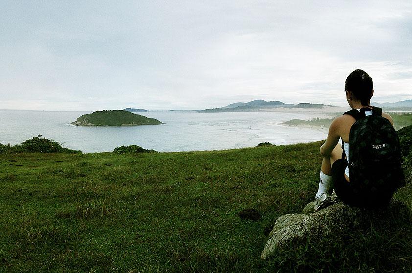 """<strong>5. Praia do Luz, Imbituba</strong> Quase deserta, é boa para surfe, wind e kitesurfe. Acesso fácil, de carro, pela faixa de areia que divide a lagoa da Praia de Ibiraquera. <a href=""""https://www.booking.com/searchresults.pt-br.html?aid=332455&lang=pt-br&sid=eedbe6de09e709d664615ac6f1b39a5d&sb=1&src=index&src_elem=sb&error_url=https%3A%2F%2Fwww.booking.com%2Findex.pt-br.html%3Faid%3D332455%3Bsid%3Deedbe6de09e709d664615ac6f1b39a5d%3Bsb_price_type%3Dtotal%26%3B&ss=Praia+da+Luz%2C+Praia+do+Rosa%2C+Santa+Catarina%2C+Brasil&checkin_monthday=&checkin_month=&checkin_year=&checkout_monthday=&checkout_month=&checkout_year=&no_rooms=1&group_adults=2&group_children=0&from_sf=1&ss_raw=Praia+do+Luz+&ac_position=0&ac_langcode=xb&dest_id=256036&dest_type=landmark&search_pageview_id=e2116e3db8050545&search_selected=true&map=1#map_opened"""" target=""""_blank"""" rel=""""noopener""""><em>Busque hospedagens na Praia do Luz no Booking.com</em></a>"""