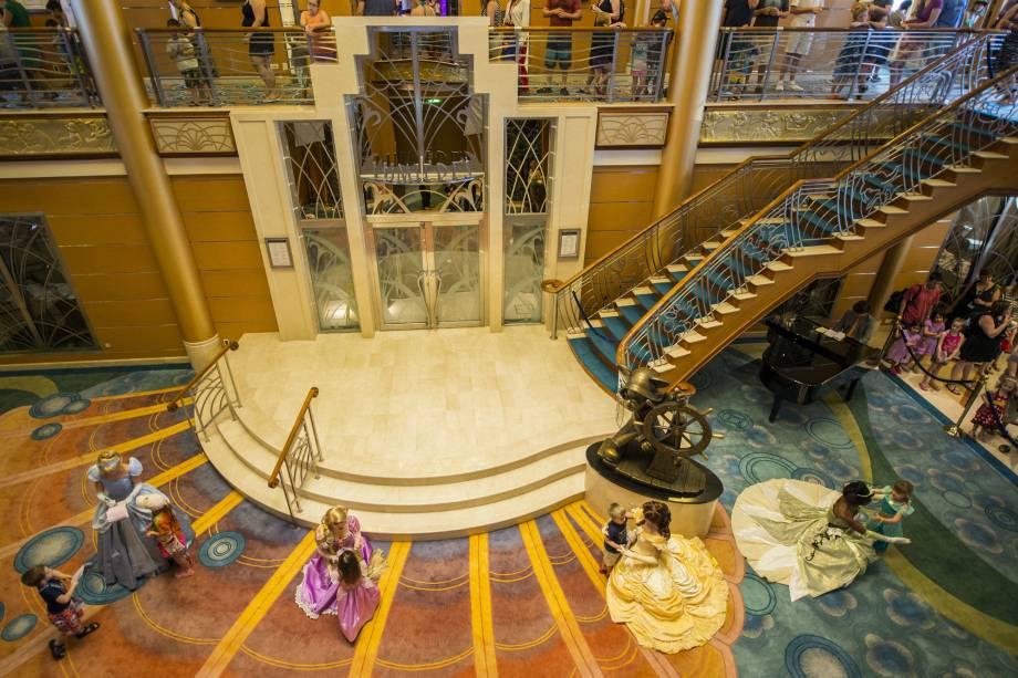 Hall do Disney Magic, com algumas das princesas protagonistas das animações da Disney