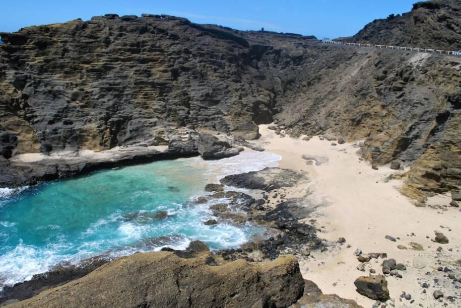 """<strong>Halona Cove, Havaí, Estados Unidos</strong>    Palco dos mais ardentes beijos técnicos do planeta, o cinema tem um longo rol de cenas inesquecíveis. De <em>E o Vento Levou...</em> a <em>My Girl</em>, poucos foram mais molhados dos que os trocados aqui por Deborah Kerr e Burt Lancaster em <em>A Um Passo da Eternidade</em> (EUA, 1953). A minúscula praia de Halona Cove possui fica a poucos quilômetros de <a href=""""http://viajeaqui.abril.com.br/cidades/estados-unidos-honolulu"""" target=""""_blank"""">Honolulu</a>, mas seu acesso é dificultado pelas encostas. Se ficar com preguiça de encarar a pirambeira, veja o pôr do sol em – onde mais? – Sunset Beach"""