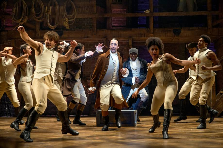 """<strong>7.<a href=""""http://www.hamiltonbroadway.com/"""" rel=""""Hamilton"""" target=""""_blank"""">Hamilton</a></strong><strong>Preste atenção:</strong> na performance sensacional do ator Jonathan Groff como o rei George III."""