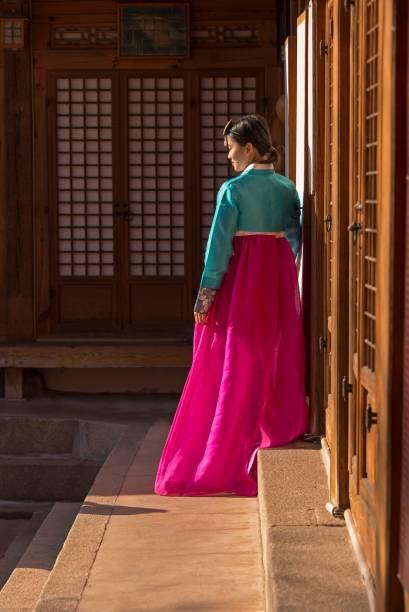 """<strong>Coreia do Sul: hanbok</strong> A história dessa vestimenta é muita antiga. Sempre foi utilizada por ambos os sexos e por crianças, mas sua origem data da antiguidade, antes de Cristo. De lá para lá, o hanbok passou por diversas modificações em seu design e, hoje, se constitui pelo """"jeogori"""" - a parte de cima que parece um bolero de mangas compridas -, a saia que é chamada de """"chima"""" e o """"gorum"""", um laço que vai à frente da roupa"""