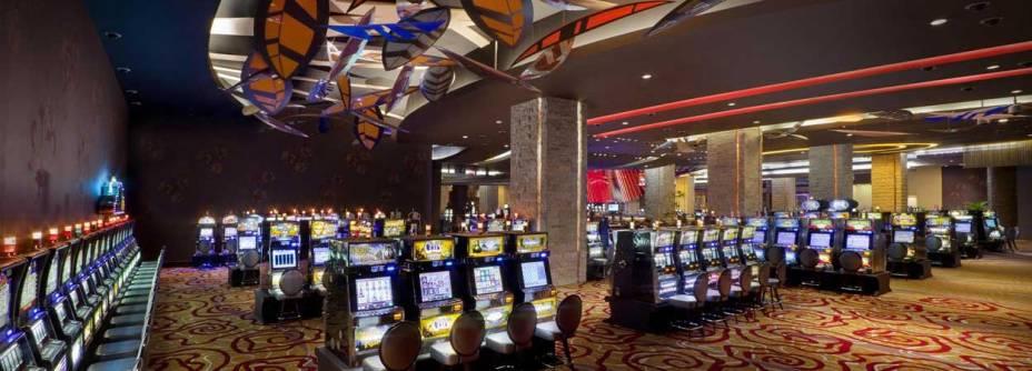 """<strong>Para apostar suas fichas</strong>    <a href=""""http://es.hardrockhotelpuntacana.com/?referrer=https%3A%2F%2Fwww.google.com.br%2F"""" rel=""""Hard Rock Casino & Hotel Punta Cana """" target=""""_blank"""">Hard Rock Casino & Hotel Punta Cana </a>(Praia Macao, bit.ly/hdrckpta). Com decoração espalhafatosa, shows internacionais e espaços superlativos, esse pedaço de Vegas no Caribe reúne 40 mesas de jogos e 457 máquinas caça-níqueis - não por acaso, é o maior cassino da República Dominicana.    1 787 quartos / 9 restaurantes / 15 piscinas    <a href=""""http://www.booking.com/city/do/punta-cana.pt-br.html?aid=332455&label=viagemabril-puntacana"""" rel=""""Reserve seu resort em Punta Cana pelo booking.com"""" target=""""_blank"""">Reserve seu resort em Punta Cana pelo booking.com</a>"""