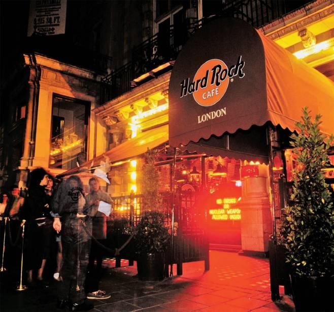 <strong>Hard Rock Café</strong>Nova York, Paris e Tóquio são apenas algumas locações para mais de 171 unidades da famosa franquia, que está espalhada em 50 países ao redor do mundo. A marca surgiu em 1971, em Londres. Hoje, as lojas – que são um pouco museu, outro tanto bar-restaurante – exibem uma coleção com mais de 70 mil artigos relacionados à música, como a guitarra Flying V de Jimi Hendrix e a folha de papel com a letra de <em>Help</em>escrita à mão por John Lennon