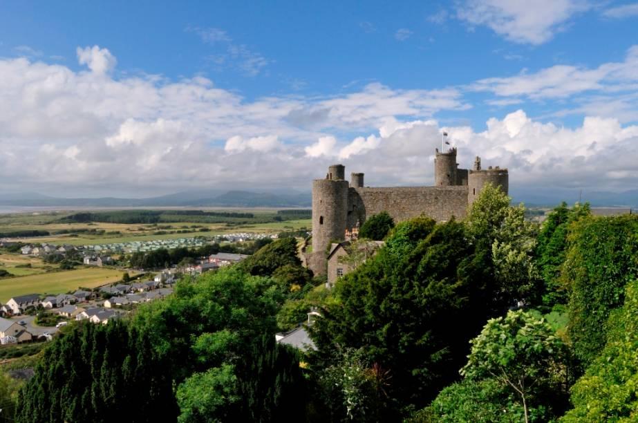 Lindamente localizado sobre uma rocha próxima a Snowdonia, o castelo de Harlech foi construído por Eduardo I no final do século 13