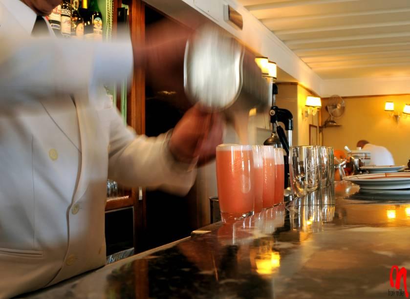 O bartender do Harrys Bar prepara a mais famosa criação da casa: o coquetel Bellini