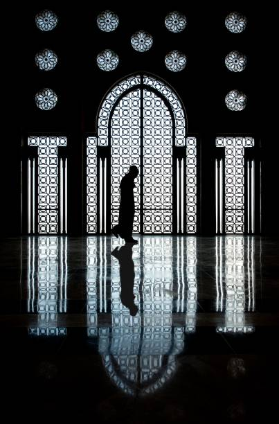 A maior mesquita do Marrocos e 7ª maior do mundo, Hassan II tem o minarete mais alto de todos, com 210 metros completamente decorados com mosaicos coloridos. A mesquita está parcialmente em terra e parcialmente sobre uma plataforma artificial que se projeta para o mar. Sua construção acabou em 1993 – muito nova em comparação com outras mesquitas da lista – e sua estrutura mistura elementos de arquitetura islâmica e marroquina. Além da mesquita, o complexo inclui uma madrassa (escola islâmica), casas de banho, um museu de história marroquina, salões de conferência e uma biblioteca enorme. 41 fontes de água estão distribuídas pelo local e seus jardins são frequentemente usados para piqueniques familiares