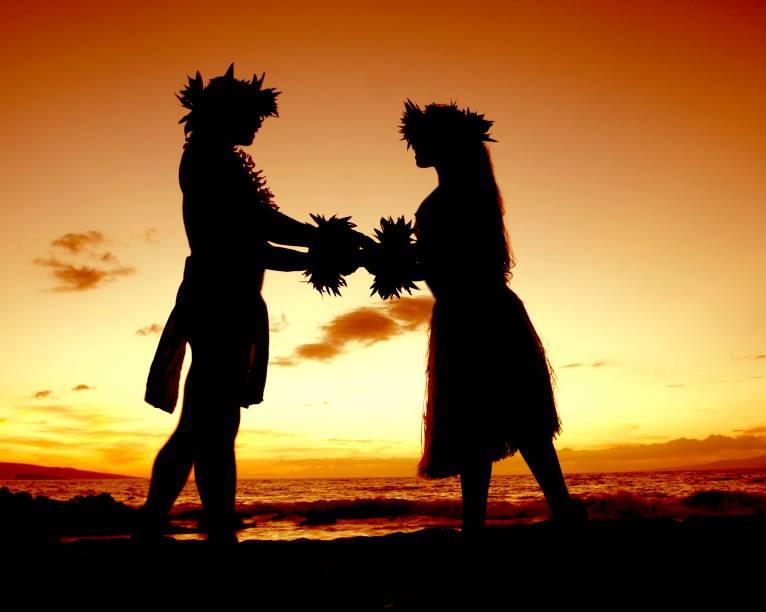 """<strong>Havaí, Estados Unidos</strong>    Dançarinas de hula, roupas floridas e uma celebração em que todos – principalmente os noivos – ficam com os pés descalços na areia, diante do mar. Um casamento nesses moldes pode se tornar realidade numa das ilhas do <a href=""""http://viajeaqui.abril.com.br/cidades/estados-unidos-honolulu"""" rel=""""Havaí"""" target=""""_blank""""><strong>Havaí</strong></a>. A empresa <a href=""""http://hawaiiwedding.com/"""" rel=""""Hawaii Wedding"""" target=""""_blank"""">Hawaii Wedding</a> oferece um pacote básico que inclui um coordenador da cerimônia e um celebrante, para até dezoito convidados. Há opções que preveem o serviço de fotógrafos, cinegrafistas, ampliação do número de convidados e até a escolha da praia onde a cerimônia acontecerá."""