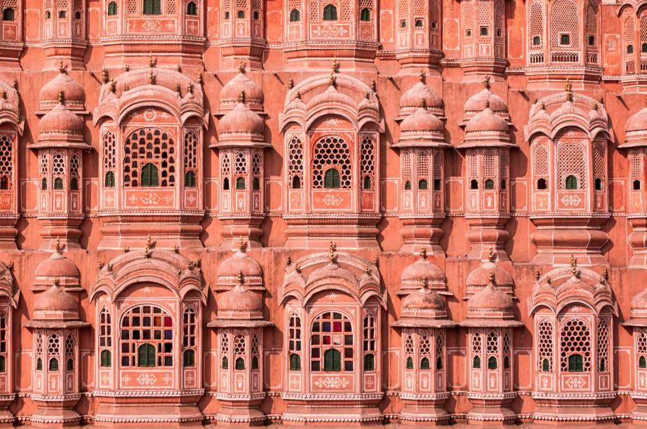 """<strong><a href=""""http://viajeaqui.abril.com.br/estabelecimentos/india-jaipur-atracao-hawa-mahal"""" rel=""""Hawa Mahal"""" target=""""_blank"""">Hawa Mahal</a>, o Palácio dos Ventos, <a href=""""http://viajeaqui.abril.com.br/cidades/india-jaipur"""" rel=""""Jaipur"""" target=""""_blank"""">Jaipur</a>, <a href=""""http://viajeaqui.abril.com.br/paises/india"""" rel=""""Índia"""" target=""""_blank"""">Índia</a></strong>                Como um véu de arenito, suas janelas foram especialmente feitas para que as mulheres da corte do marajá Sawai Pratap Singh pudessem ver as ruas sem serem vistas"""