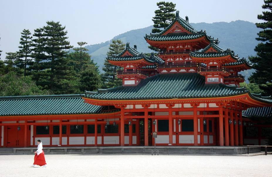 <strong>Heian-Jingu </strong> Este imponente santuário é relativamente recente, tendo sido construído em 1895 em comemoração ao aniversário de 1100 anos da fundação da antiga capital que, antes de se chamar Kyoto, tinha o nome de Heian. Sua arquitetura foi baseada no palácio imperial original da cidade, e um gigantesco torii marca sua entrada. Atrás dos prédios principais se encontra um grande jardim que, em Abril, é um dos melhores pontos da cidade para avisar as flores de cerejeira. O santuário abriga também um dos três principais festivais da cidade, o Jidai Matsuri, quando uma procissão caminha até ele a partir do palácio imperial com roupas típicas de cada um dos períodos históricos do país. Uma curiosidade: é possível ver o santuário no filme de Sofia Coppola Encontros e Desencontros, quando a personagem de Scarlett Johansson faz uma viagem a Kyoto.