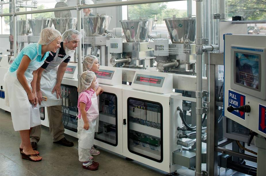 """<strong>Hershey's Chocolate World (Pensilvânia, <a href=""""http://viajeaqui.abril.com.br/paises/estados-unidos"""" rel=""""EUA"""" target=""""_blank"""">EUA</a>)</strong>    O visitante também pode fazer seu próprio chocolate com equipamentos de fábrica e opções variadas de recheios, além de desenhar uma embalagem customizada para o produto e levá-lo para casa. Veja o horário de funcionamento, informações sobre ingressos e outras atrações no <strong><a href=""""http://www.hersheys.com/chocolateworld/"""" rel=""""site da Hershey's"""" target=""""_blank"""">site da Hershey's</a></strong>"""
