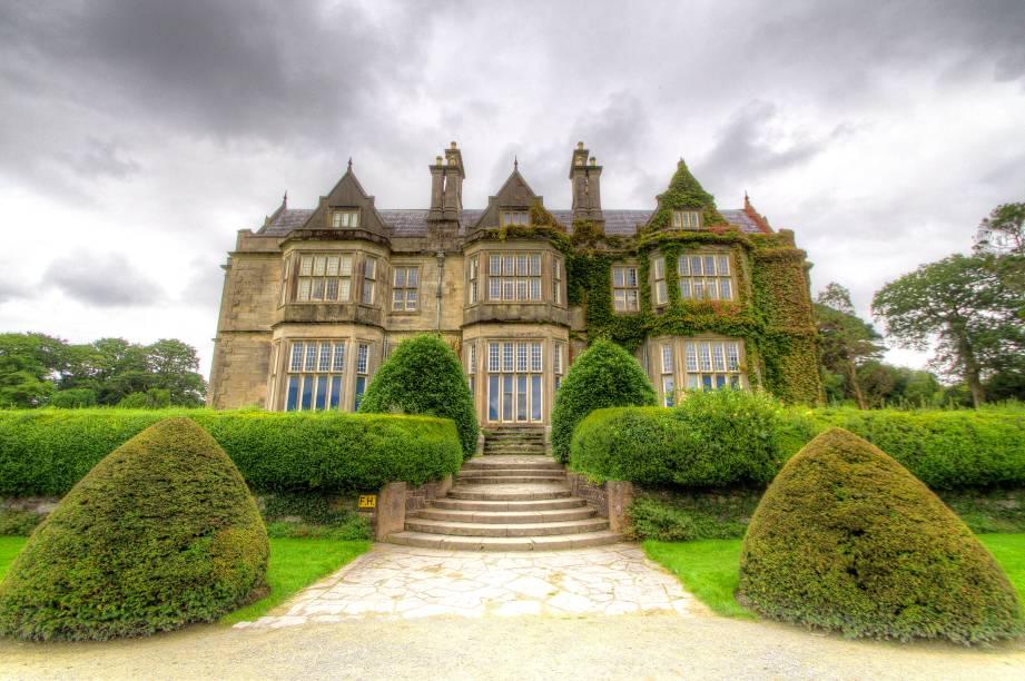 A Casa de Muckross, localizada em County Kerry, foi projetada pelo arquiteto escocês William Burn para a pintora Mary Balfour Herbert e seu marido – o político Henry Arthur Herbert. A construção foi finalizada em 1843 em meio ao belo jardim, aberto hoje para visitação