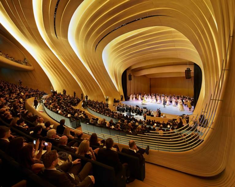 """O<a href=""""http://heydaraliyevcenter.az/#main"""" rel=""""Heydar Aliyev Center,"""" target=""""_blank"""">Heydar Aliyev Center,</a> na cidade de Baku, no Azerbaijão, é uma fantásica sala de concertos construída em meio a uma praça não menos modernosa"""