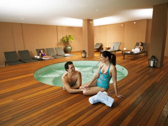 O spa tem dois tipos de hidromassagem: aberta e coberta