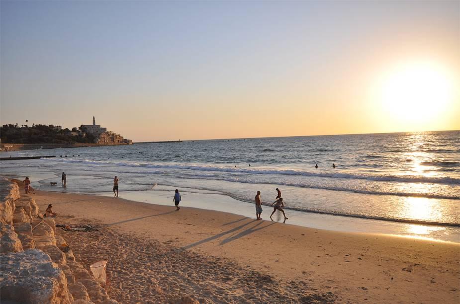 """<strong>Hilton Beach, Tel-Aviv</strong>    """"O clima lembra Miami ou Rio, com casas de sucos, frescobol, vôlei de praia... Até você ver uma gata de biquíni com fuzil a tiracolo. Tem a praia dos cães, a dos religiosos (nada de sunga)..."""""""