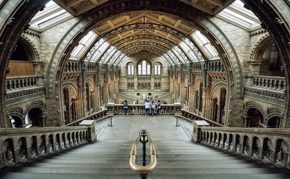 """<strong>2. <a href=""""http://www.nhm.ac.uk/"""" rel=""""Museu de História Natural"""" target=""""_blank"""">Museu de História Natural</a></strong>Gosta de animais? Se a resposta for positiva, o <a href=""""http://viajeaqui.abril.com.br/estabelecimentos/reino-unido-londres-atracao-natural-history-museum"""" rel=""""Museu de História Natural """" target=""""_blank"""">Museu de História Natural</a>de Londres tem """"apenas"""" 55 milhões diferentes a sua espera. Se somarmos a coleção de plantas, são ao todo 70 milhões de espécimes, entre fósseis, slides de seres microscópicos, dinossauros, os esqueletos dos extintos dodô e mamute e de uma baleia-azul. Dividido em quatro partes distintas, o museu também conta com uma gigantesca biblioteca de história natural, composta por livros, jornais, desenhos originais, manuscritos e pinturas de seres animais e vegetais"""