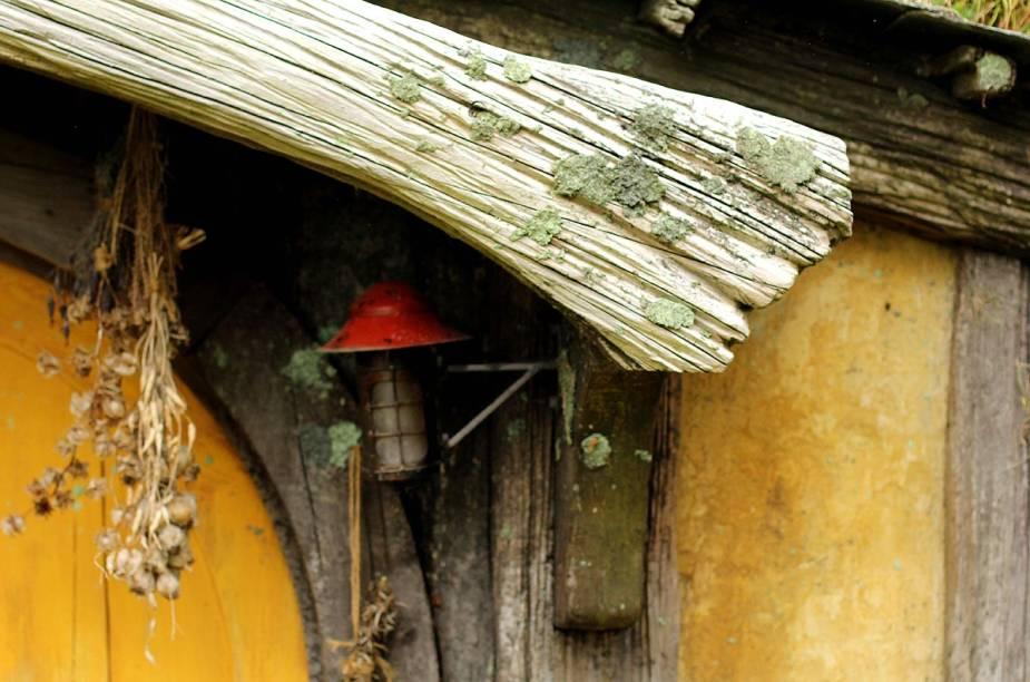 As casas foram construídas com troncos de árvores locais e depois trabalhadas por artistas para que ganhassem aspecto envelhecido