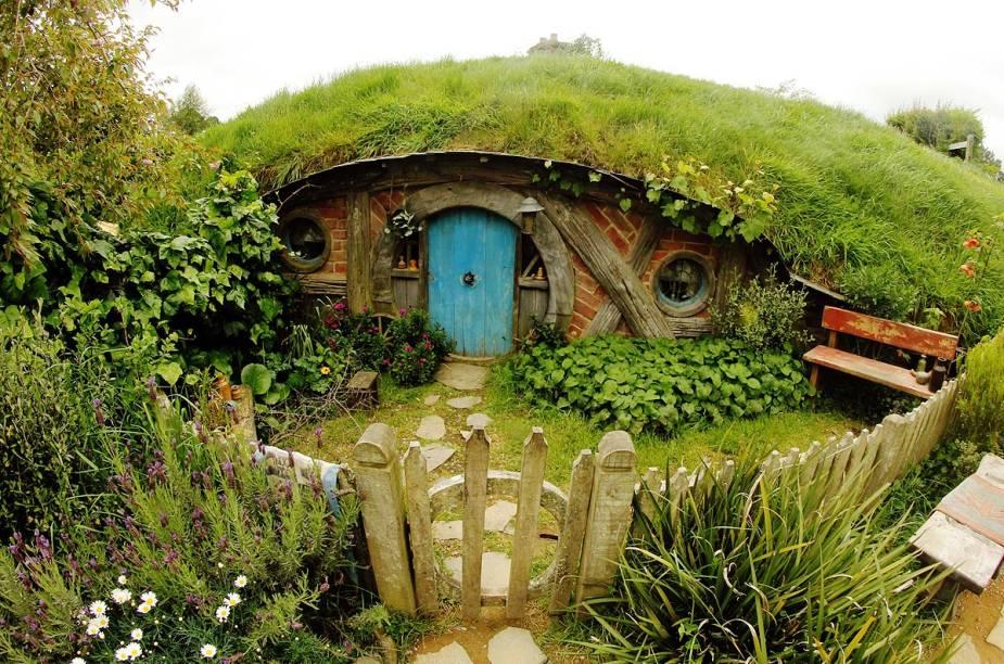 Após a gravação do filme O Senhor dos Anéis, o vilarejo foi abandonado e parcialmente destruído. Mas com o interesse de turistas, Hobbiton foi completamente reconstruído