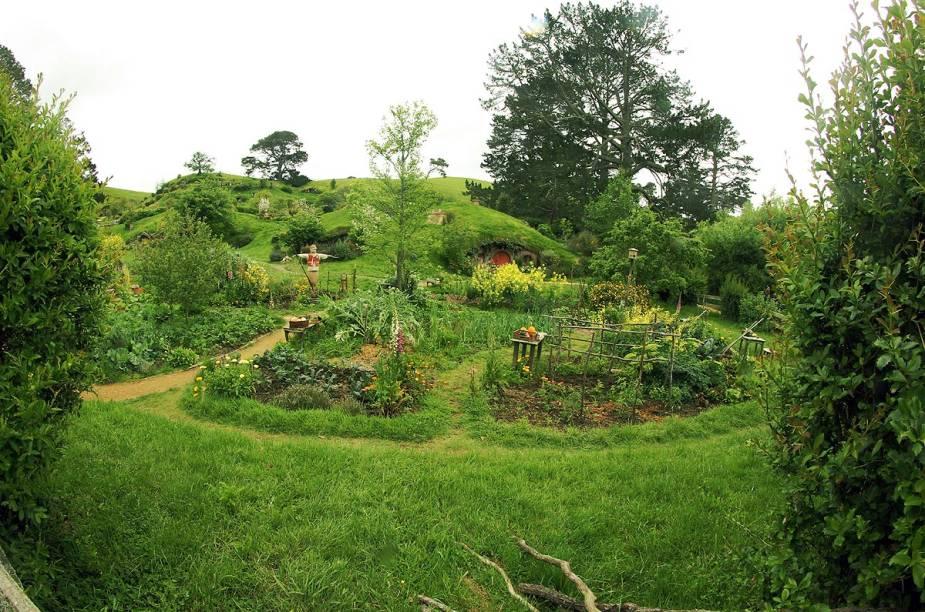 As casas em Hobbiton são fixadas no terreno acidentado que proporciona o efeito nos filmes