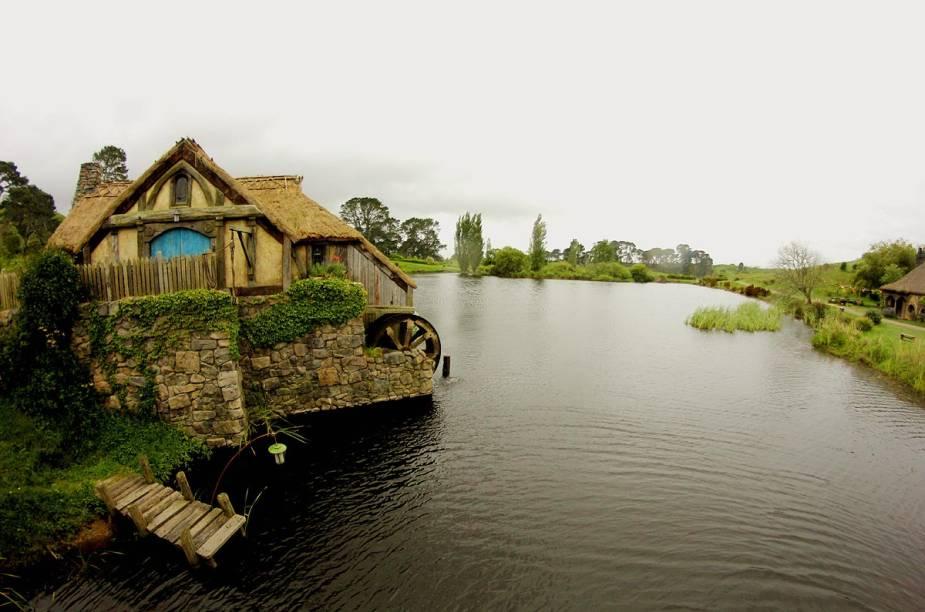 O lago e o moinho compõem a vista da vila em direção à taverna Green Dragon