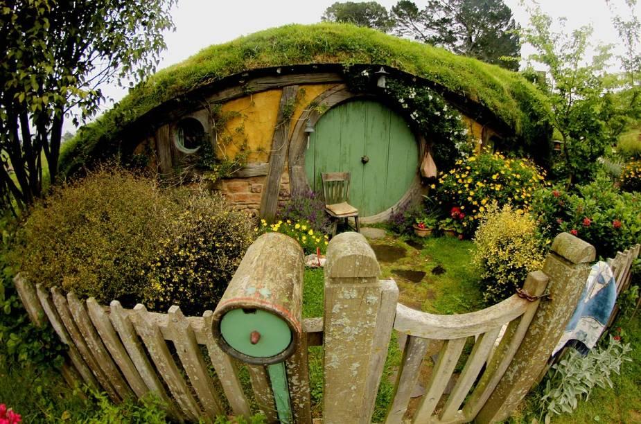 A maioria das casas não possibilita a entrada dos turistas, no entanto, a decoração vista pelas janelas do lado de fora compõe o interior dos buracos de Hobbit