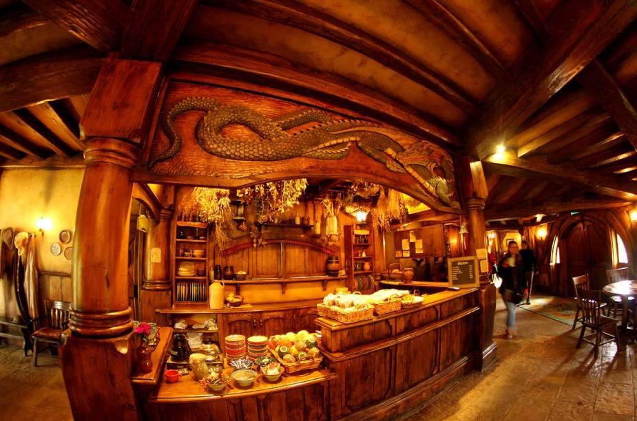 A entrada da taverna, assim como todo o seu interior, foi feita por artistas da Nova Zelândia