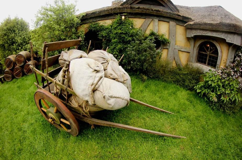 Objetos cotidianos numa vila de Hobbits estão espalhados por todo o set de filmagem, dando uma aparência realística ao lugar