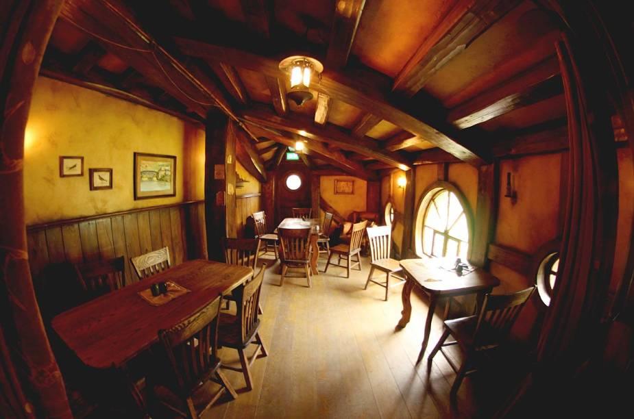 Taverna Green Dragon, onde os turistas podem saborear cerveja e outras bebidas com a cara do vilarejo