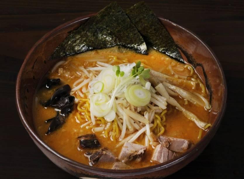 O lamen de Sapporo é um macarrão chinês envolvido por um pujente caldo de missô - a pasta de soja, com manteiga, fatias de lombo, brotos de feijão, cebolinha, kanpyo (tiras de abóbora) e alga marinha nori. É o prato perfeito para o duro inverno local: quente, calórico e nutritivo