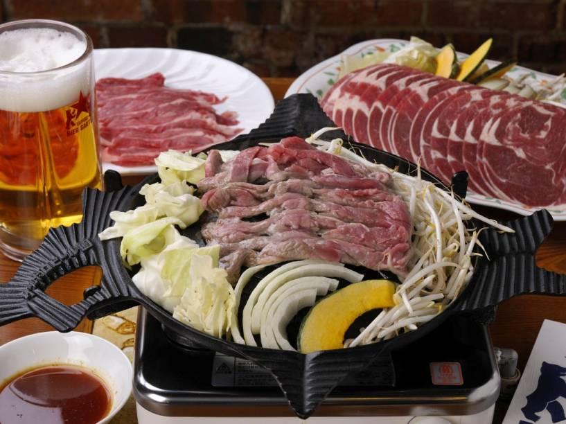 O genghis khan é um tipo de churrasco de carne de cordeiro e legumes, muito popular em Hokkaido. O prato é preparado à mesa
