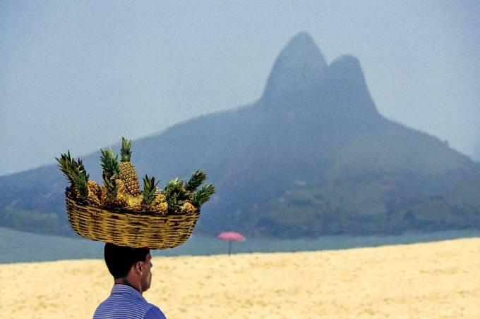 Homem vende abacaxi praia Rio de Janeiro.jpg